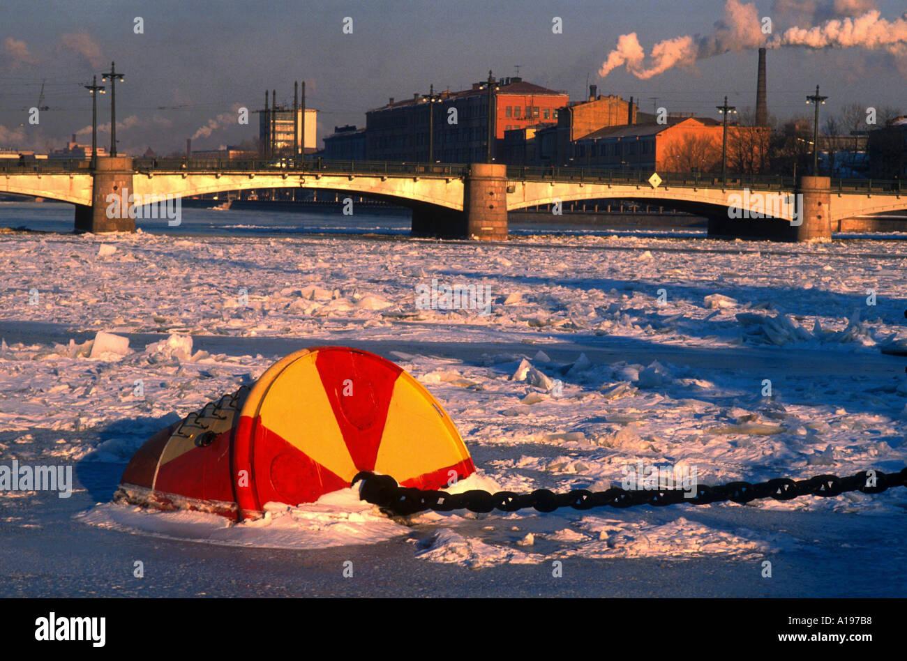 Congelé dans la glace de la bouée sur le bol Shaya Nevka un affluent de la rivière Neva, près du Pont de St Petersburg Russie Svobody R Francis Photo Stock