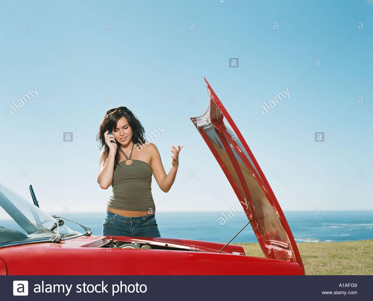 Femme ayant une voiture en panne Photo Stock