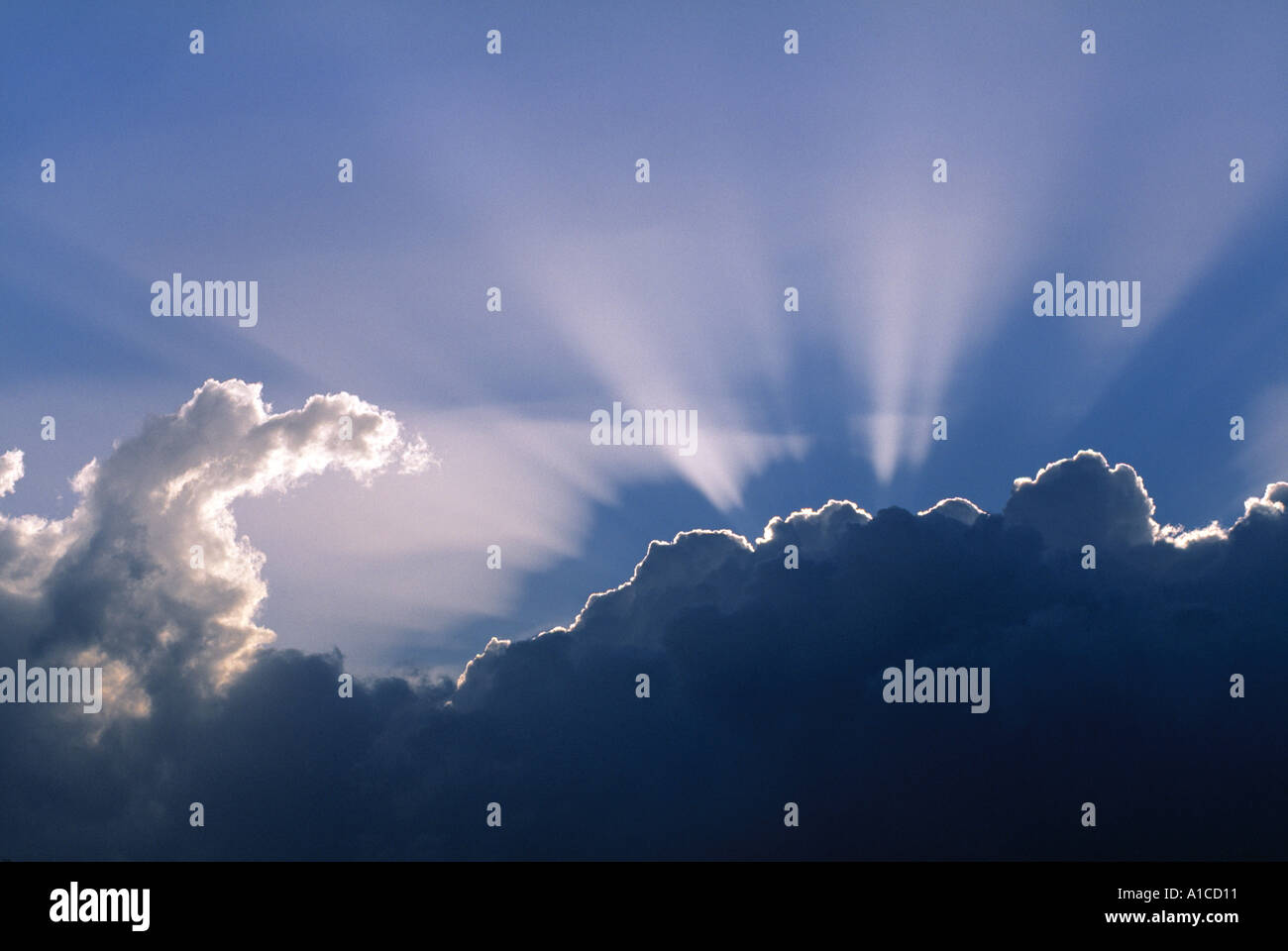 Les rayons du soleil à travers les nuages Banque D'Images