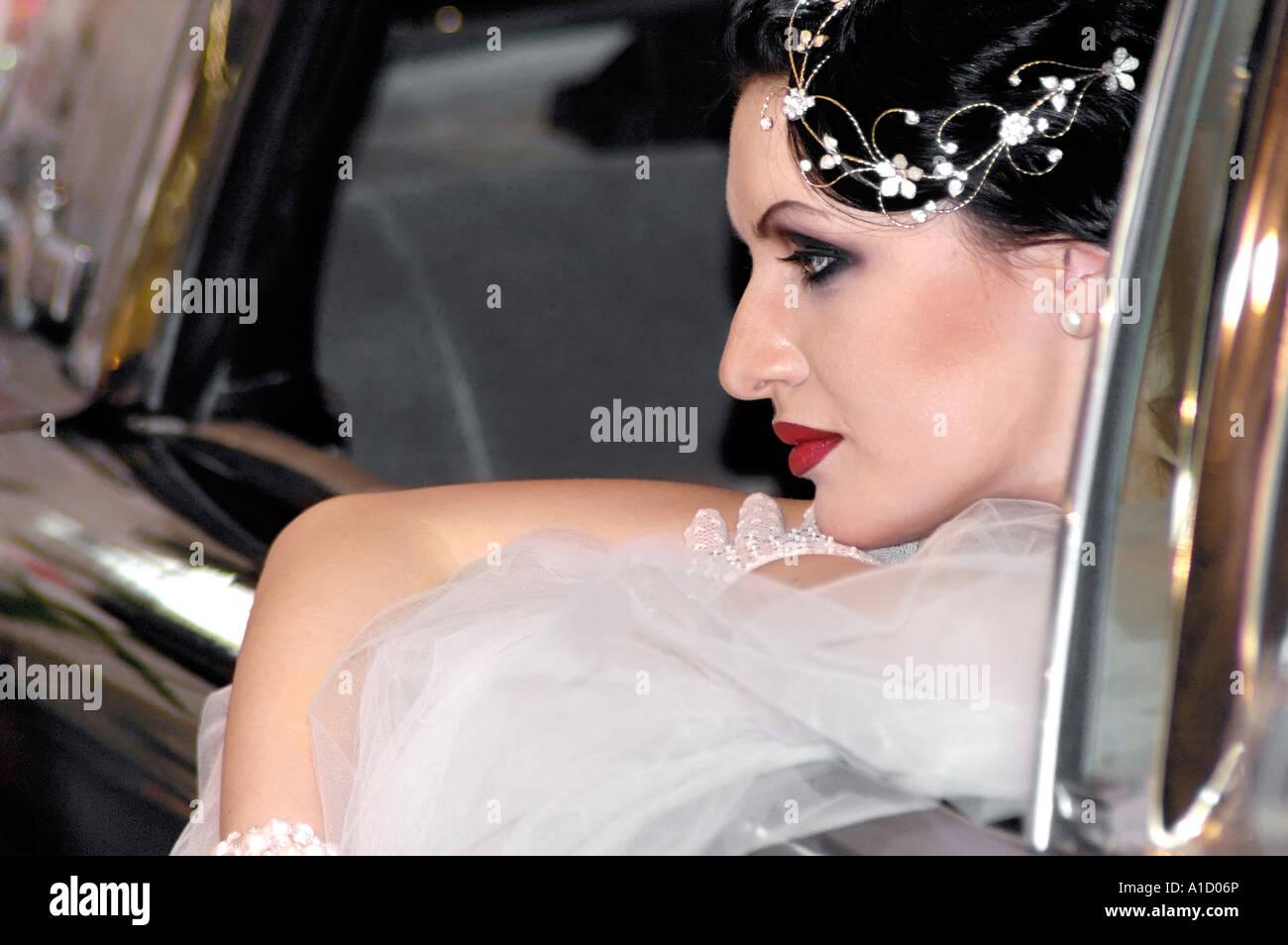 Jeune mariée dans une voiture Banque D'Images
