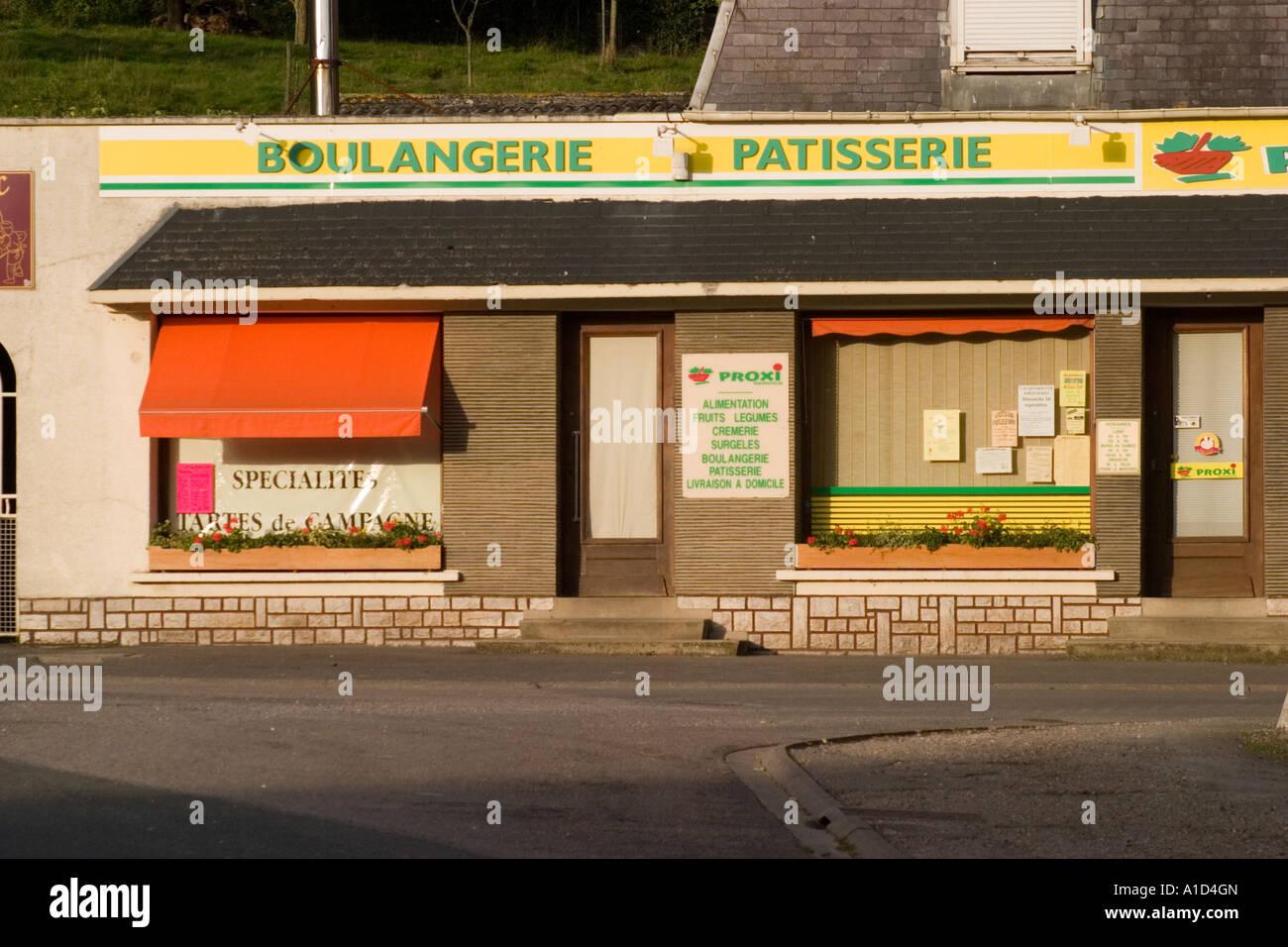 Boulangerie locale et min supermarché fermé avec stores tirés vers le bas Fillievres Pas de Calais Photo Stock