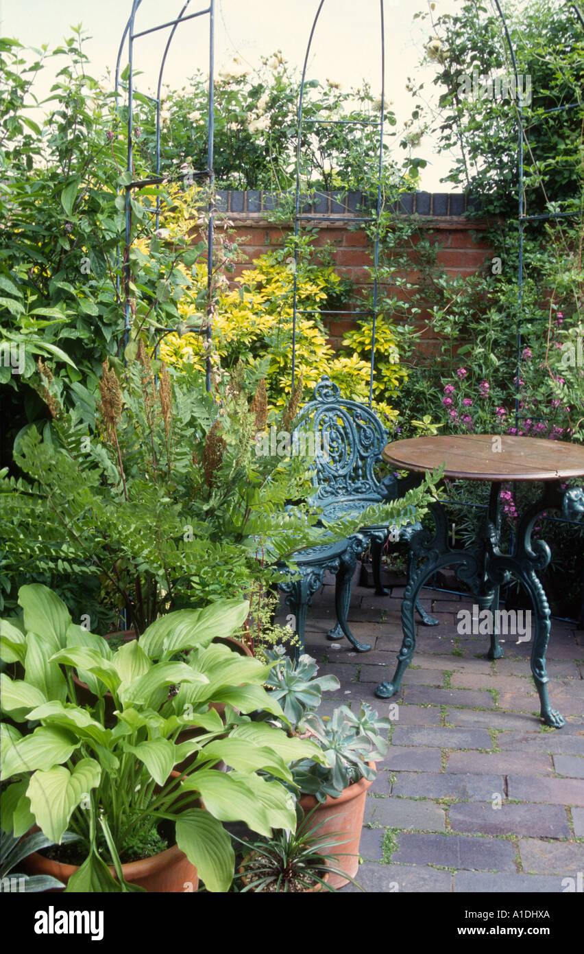 En fonte vert mobilier de jardin sur petite terrasse Banque D\'Images ...