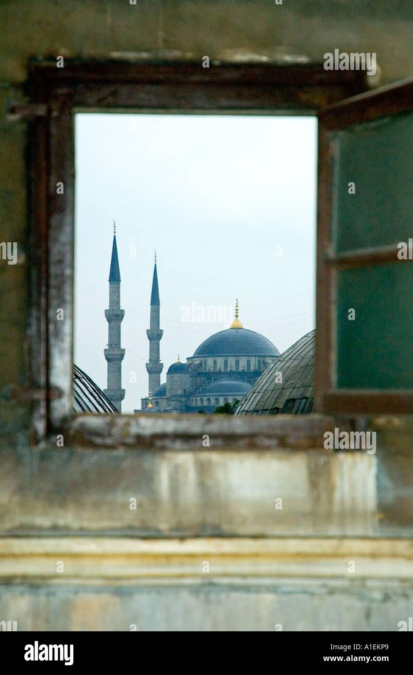 Le dôme de la mosquée bleu lointain, et de minarets, à travers une fenêtre de l'Aya Sofya, Istanbul, Turquie. DSC_7384 Photo Stock