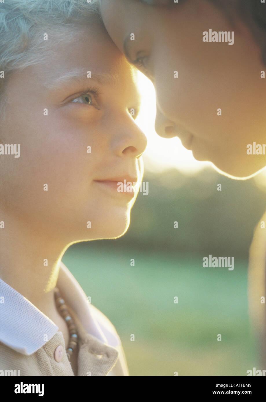 Garçon et fille avec front touchant Photo Stock