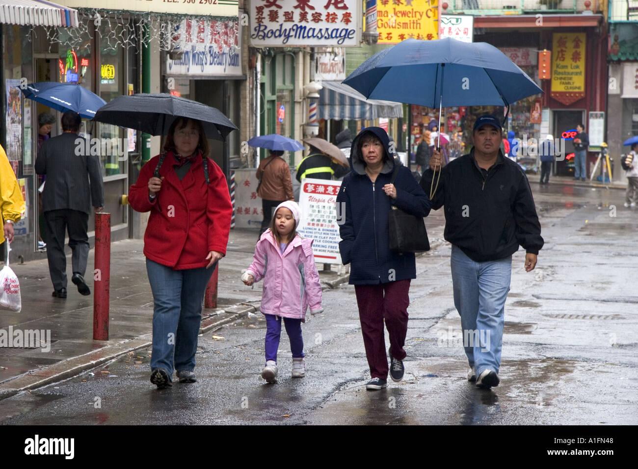 Personnes Marchant Sous La Pluie Avec Des Parapluies Dans Chinatown San Francisco California Photo Stock Alamy