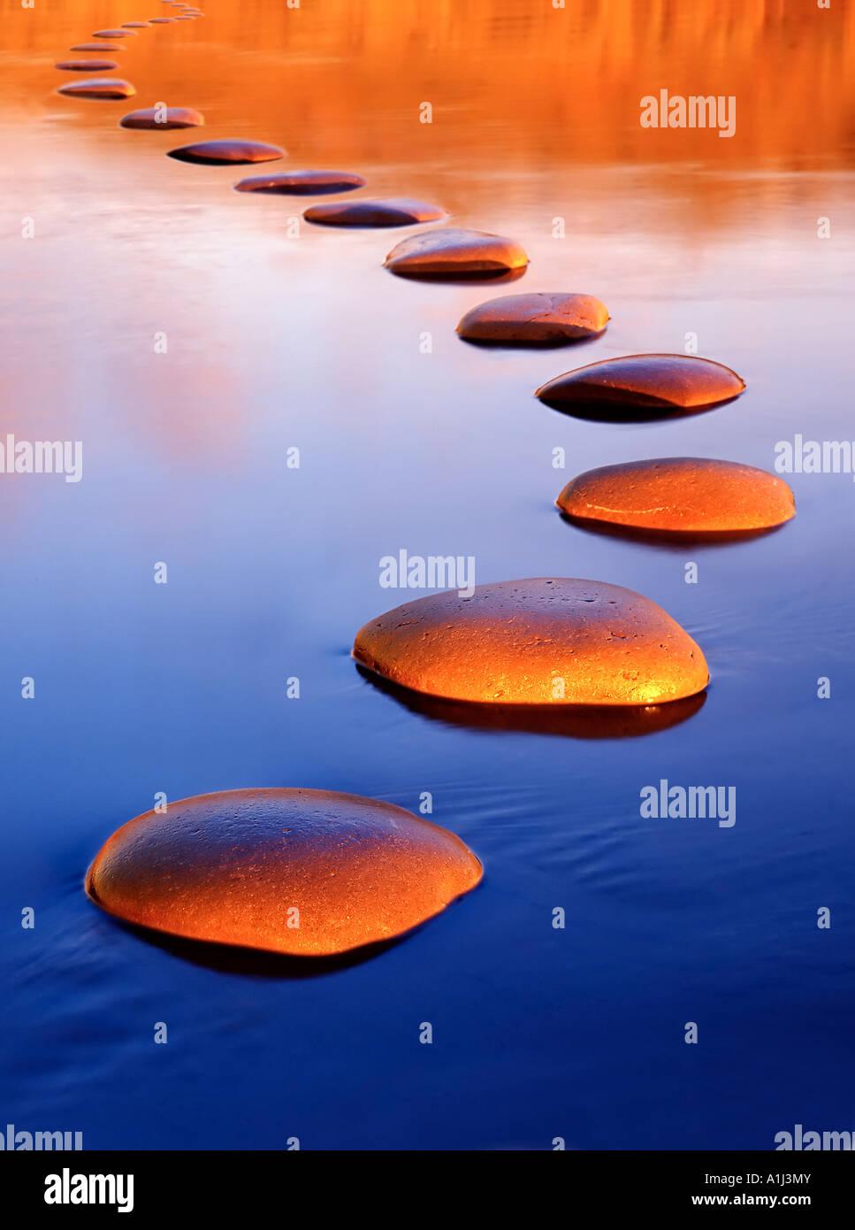 Stepping Stones offrent un passage sûr à travers l'eau profonde Photo Stock