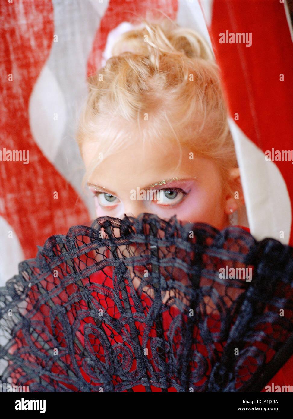 Le Flamenco-girl se cacher derrière un ventilateur Photo Stock