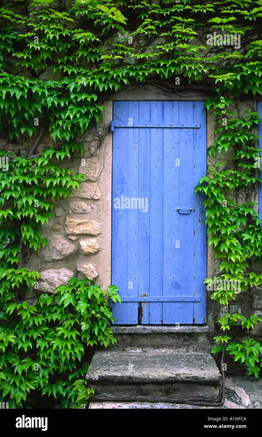 Vieille porte bleue trouvée dans un village de Provence France Photo Stock