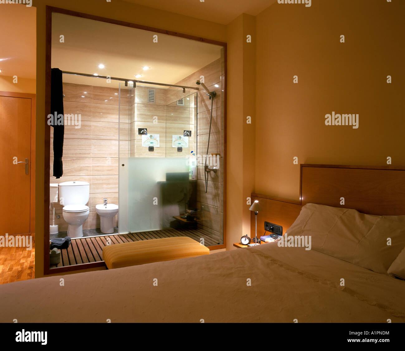 Chambre Et Salle De Bain Attenante vue d'une chambre avec une salle de bains attenante banque d