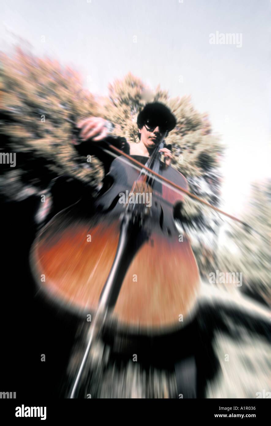 Femme jouant de la musique violoncelle Photo Stock