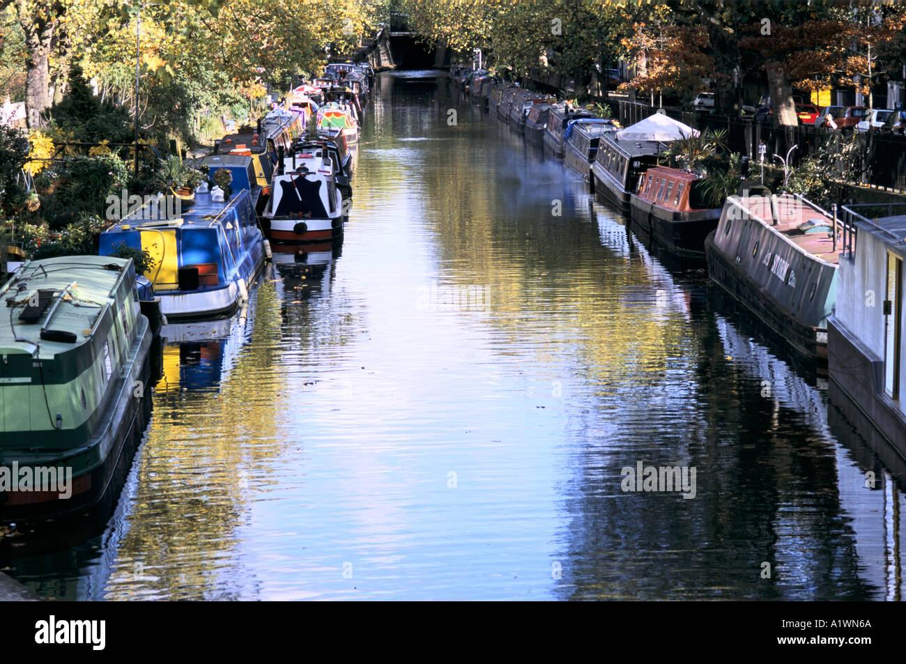 Ligne de bateaux du canal le long des deux côtés de Regent's Canal, au nord de Londres. OCT 2001 Photo Stock