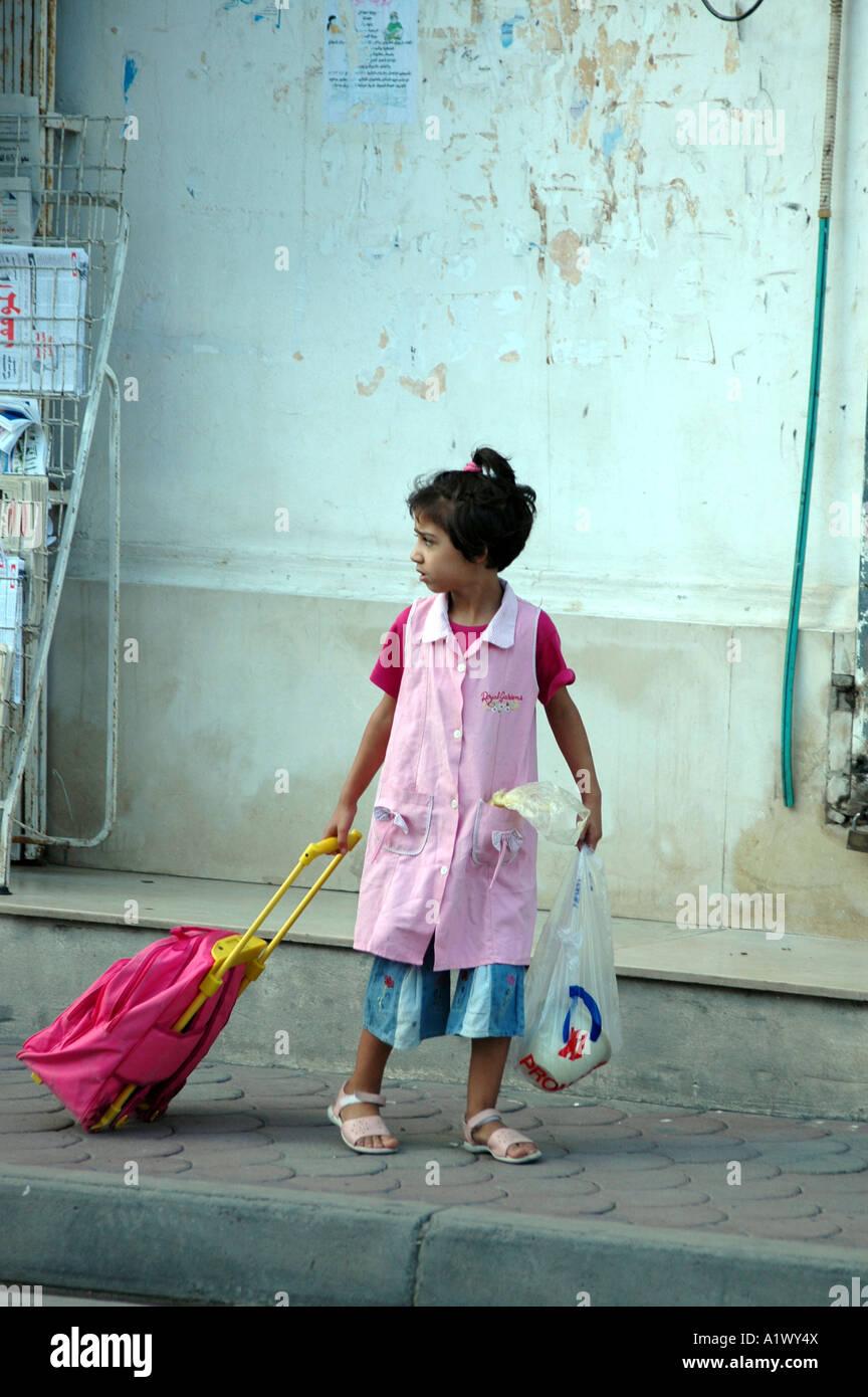 de6c4ac6a9d0 Petite fille tunisienne en allant à l école, Houmt Souk sur l île