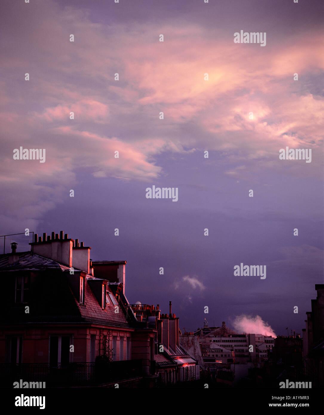Scène parisienne typique avec des appartements design par le baron Hausmann. Photo Stock