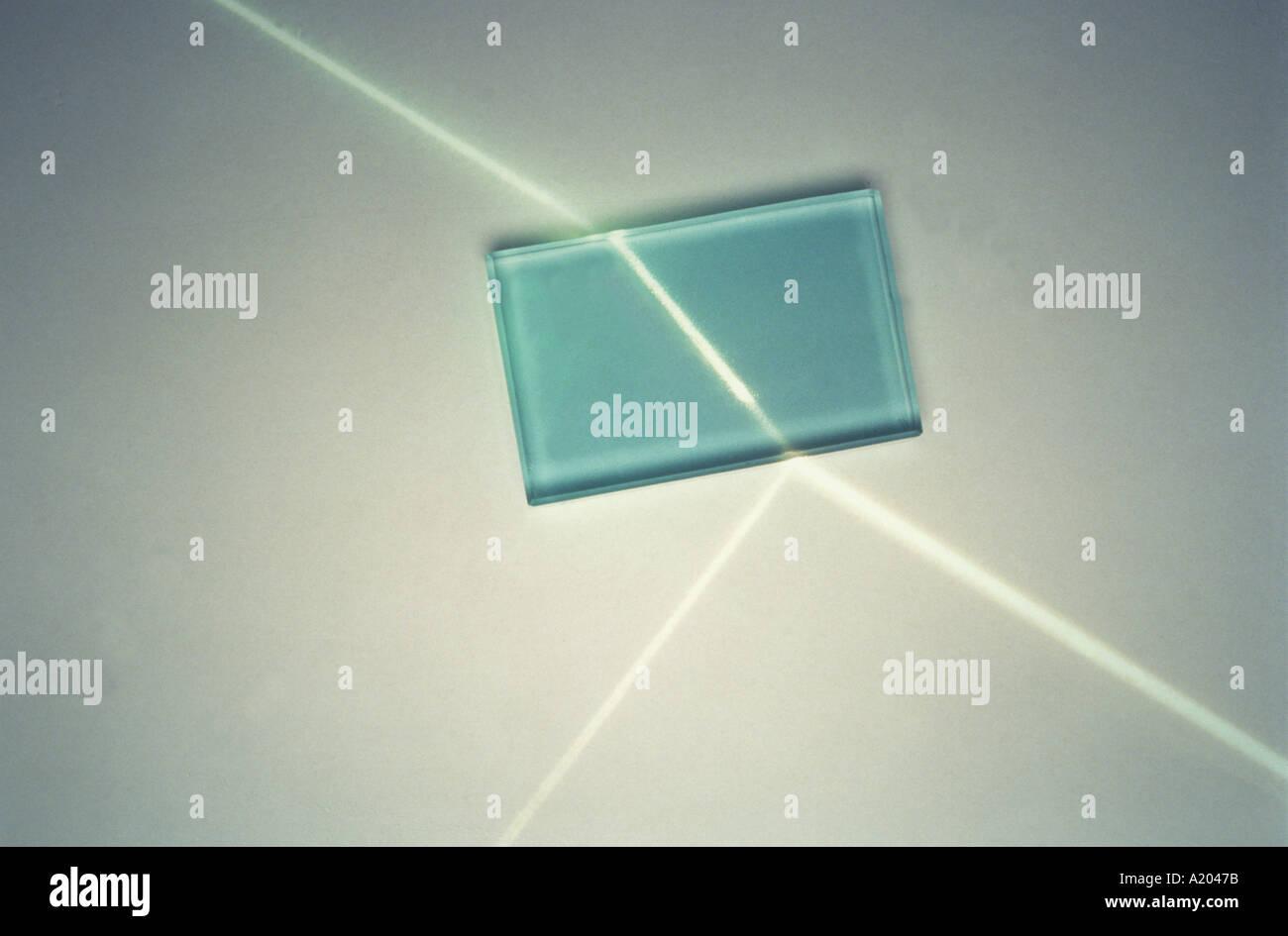 La réfraction d'un rayon de lumière par un bloc de verre Photo Stock