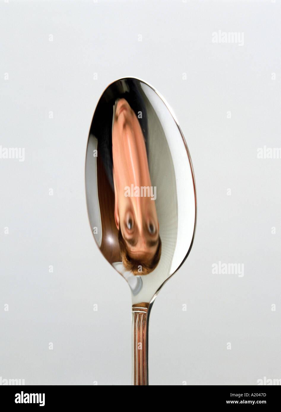 Reflet dans le côté concave d'une cuillère à l'envers de l'image à l'envers Photo Stock