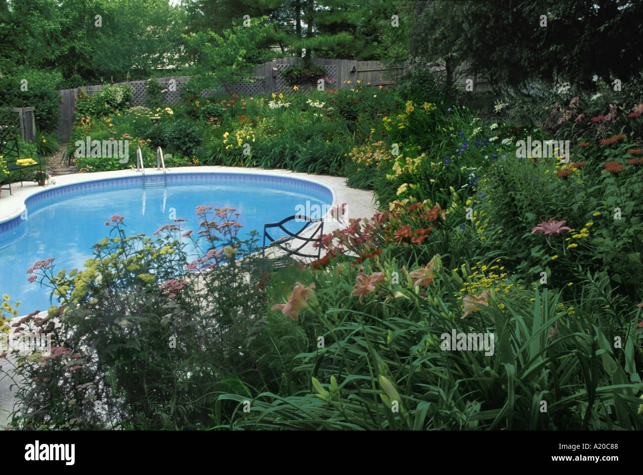 Piscine extérieure entourée d\'un jardin de fleurs en pente ...