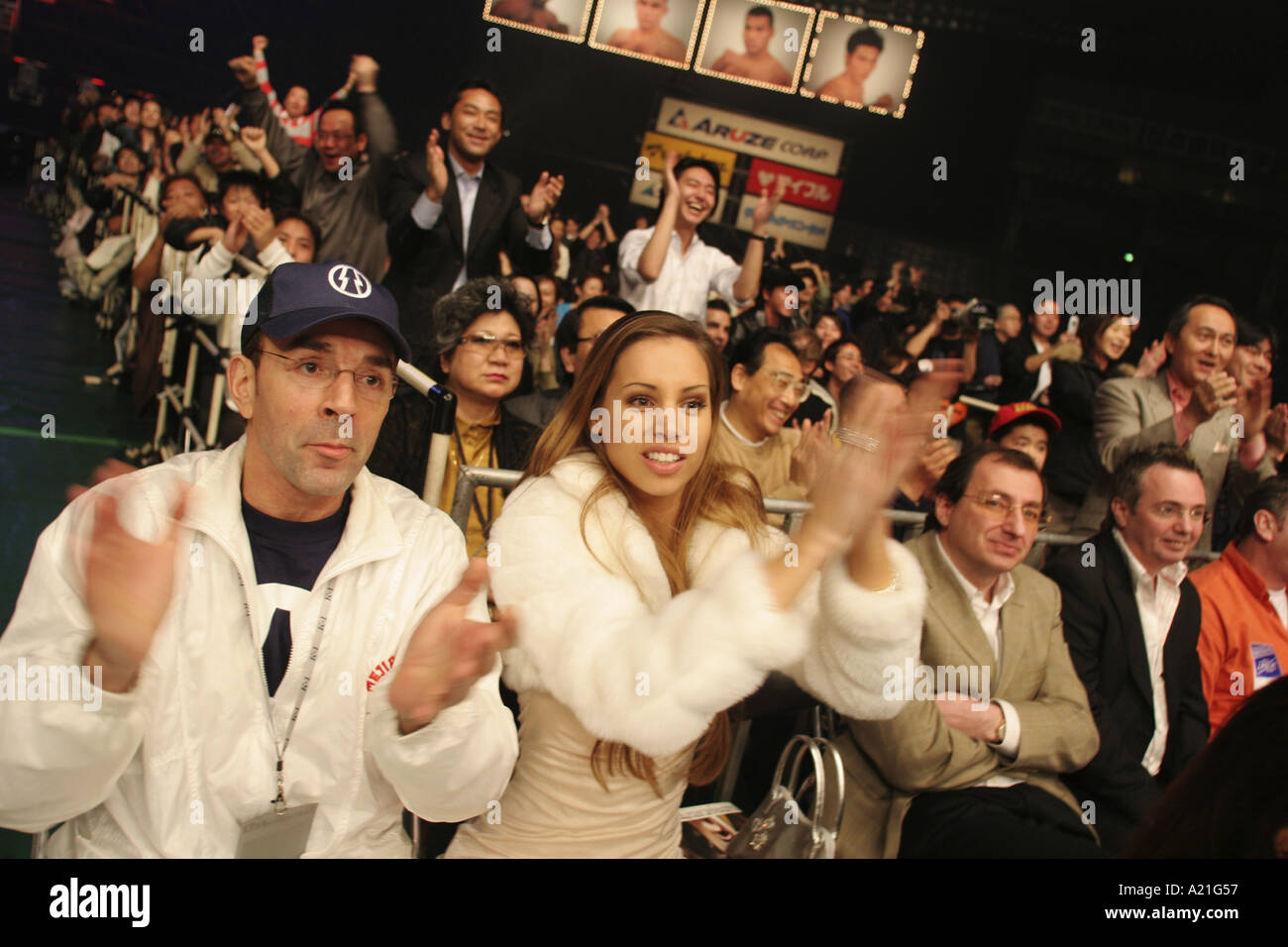 Supports et d'invités de la combattants cheer lors d'un match de la K 1 World GP 2004 tenu à Tokyo Tokyo Dome Photo Stock