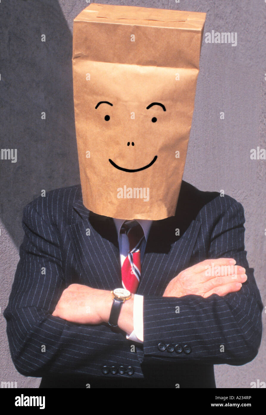 Businessman avec sac en papier brun sur la tête, Smiling Photo Stock
