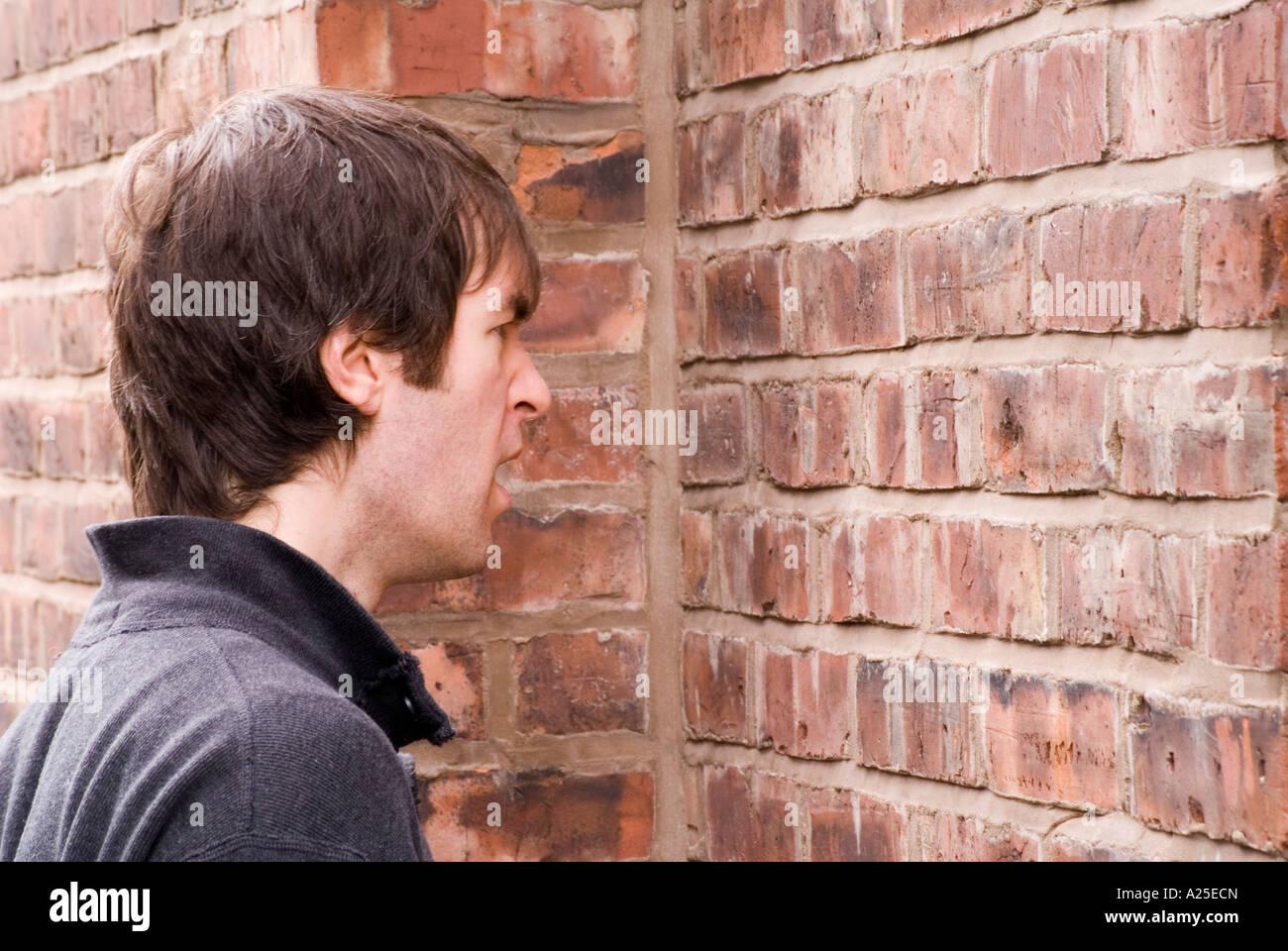 Le Fait De Parler A Un Mur En Brique 4 Photo Stock Alamy