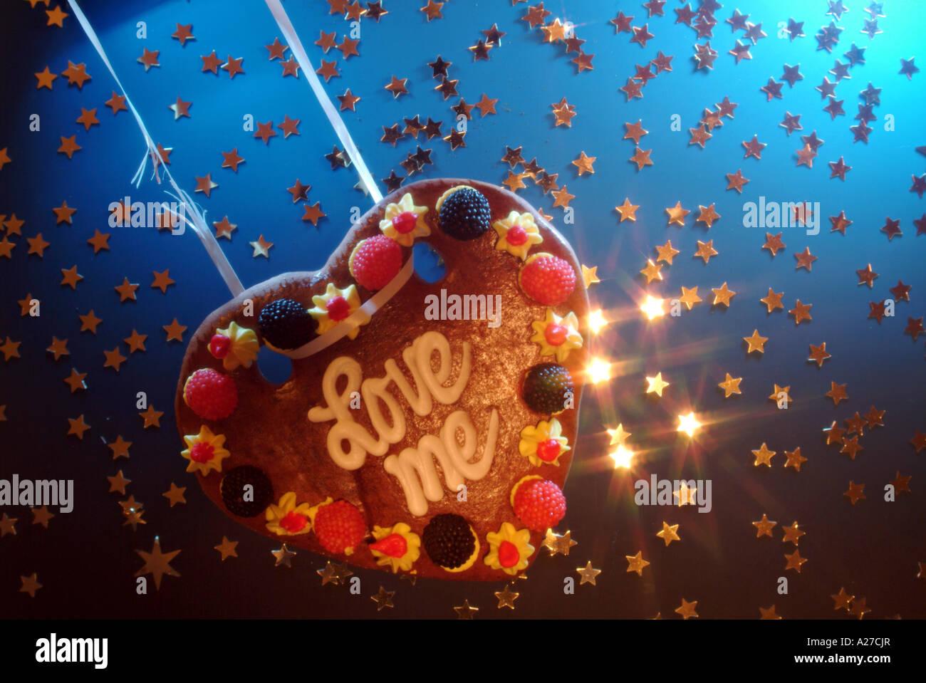 Love Heart made of honey cake se balançant sur une chaîne cassée dans les étoiles Photo Stock