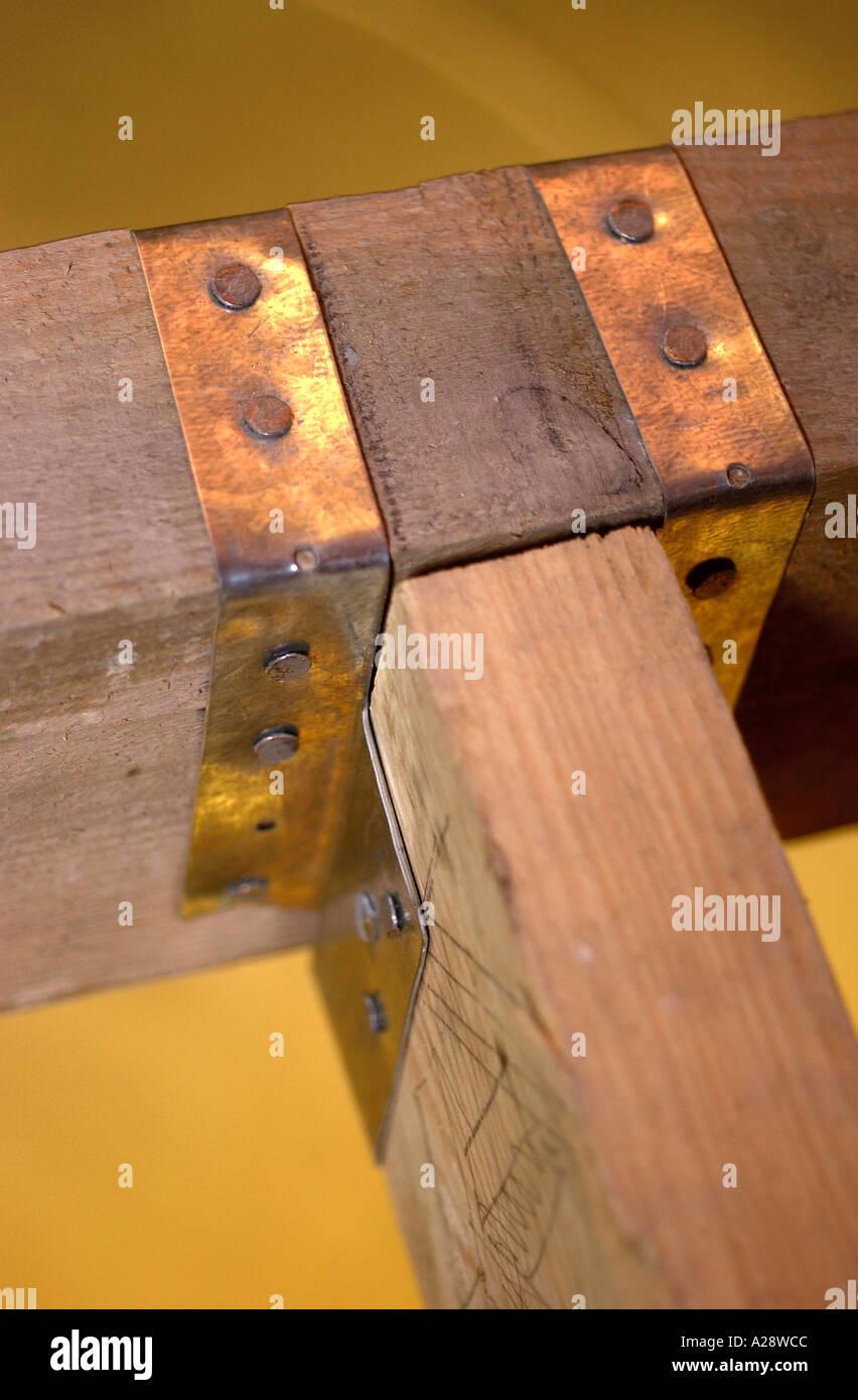 Une EXTENSION DU BÂTIMENT DEUX SOLIVES sécurisé à l'aide d'un cintre de poutrelles d'acier Photo Stock