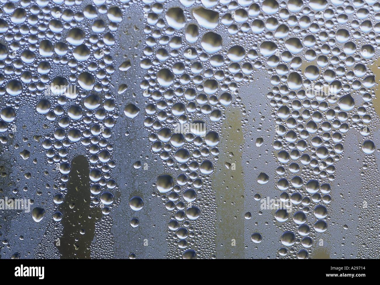 Près de condensation sur la fenêtre pour afficher la configuration des gouttelettes d'eau L Frost Photo Stock