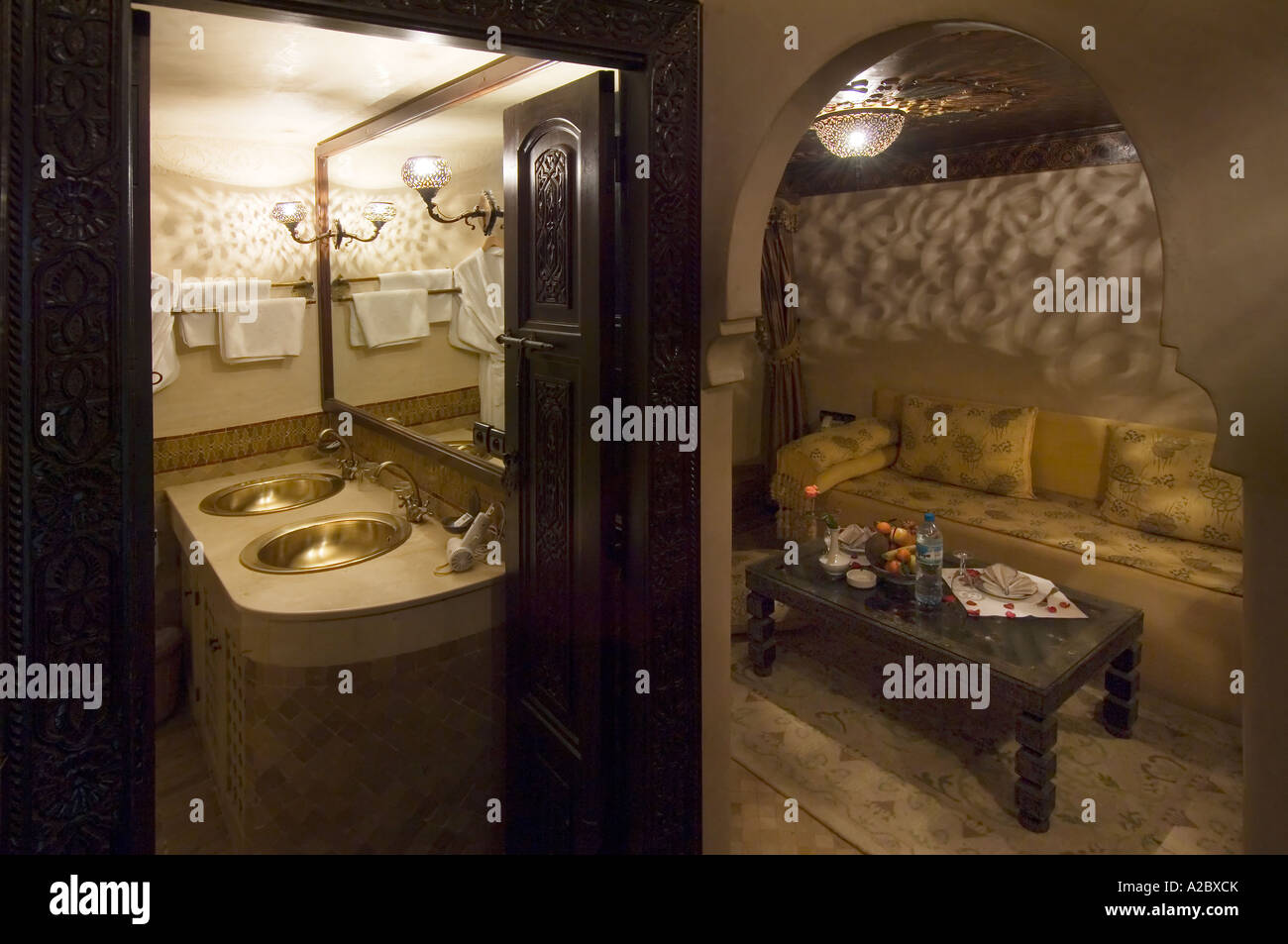Salle de bains et un salon au Riad Sheherazade palais ...