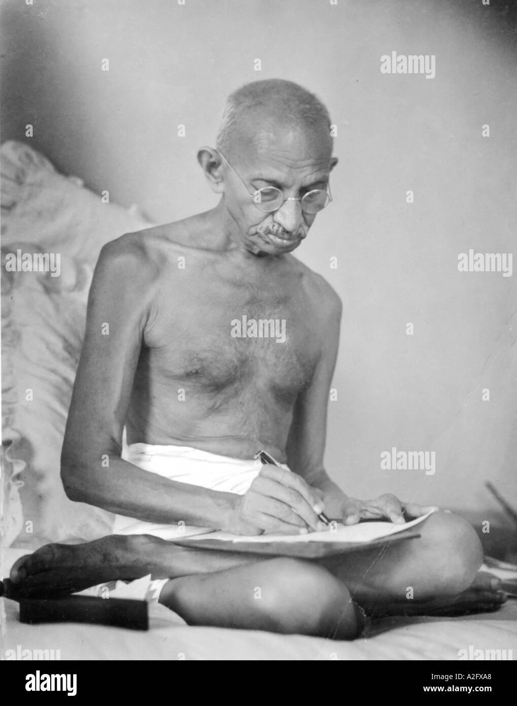 MKG33080 Mahatma Gandhi rédige l'écriture d'un document historique à Mumbai Bombay Inde Birla House Août 1942 Photo Stock