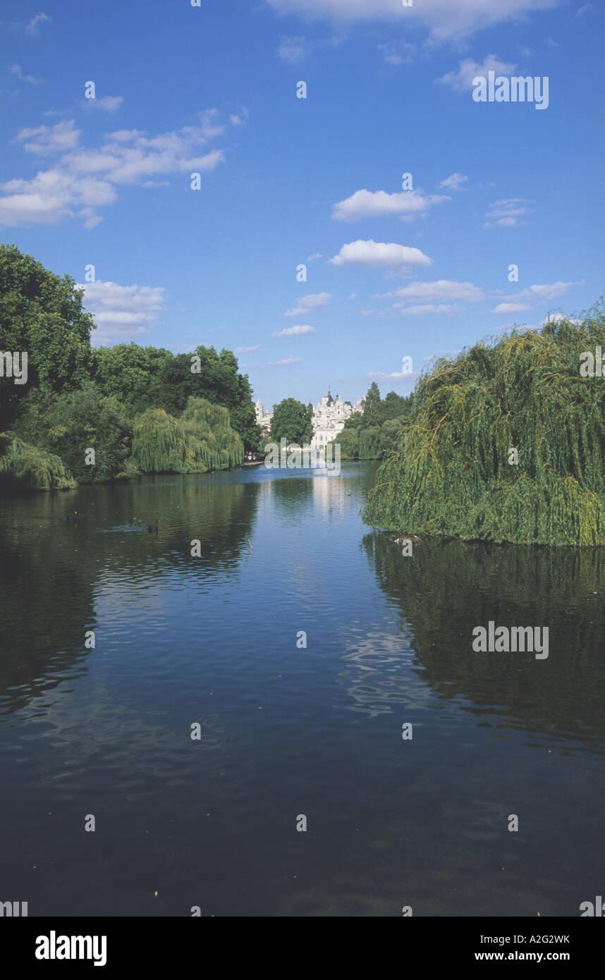Vue sur le lac de St James en direction de Buckingham Palace, St James Park, Londres Photo Stock