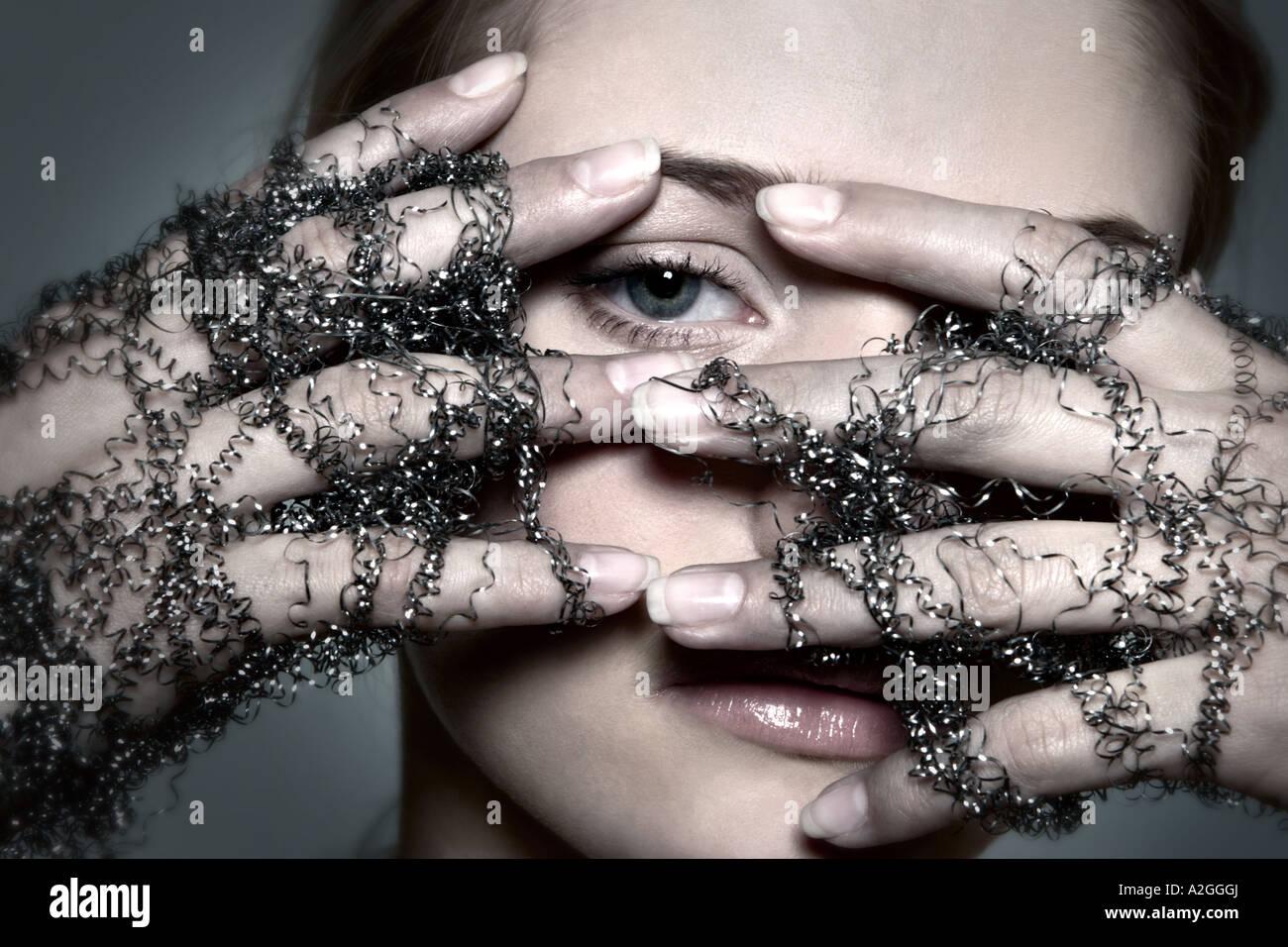1217498 studio intérieur jeune femme brune 2530 fil main mains Gants Gant de rasage copeaux fils touche symbole Photo Stock