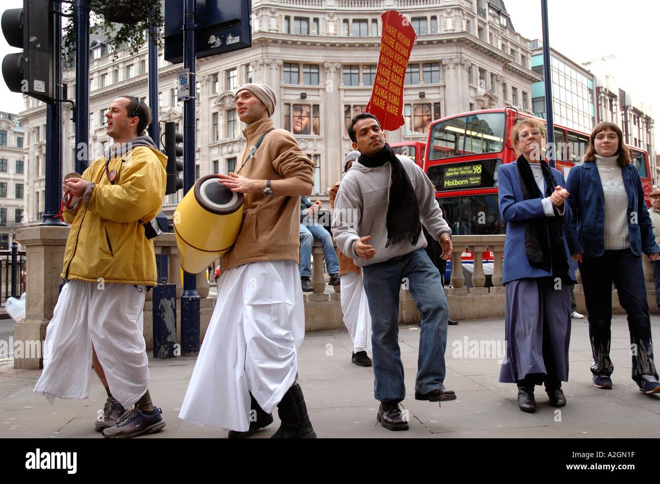 Les dévots Hare Krishna danse et recruter des gens dans Oxford Street Centre de Londres Banque D'Images