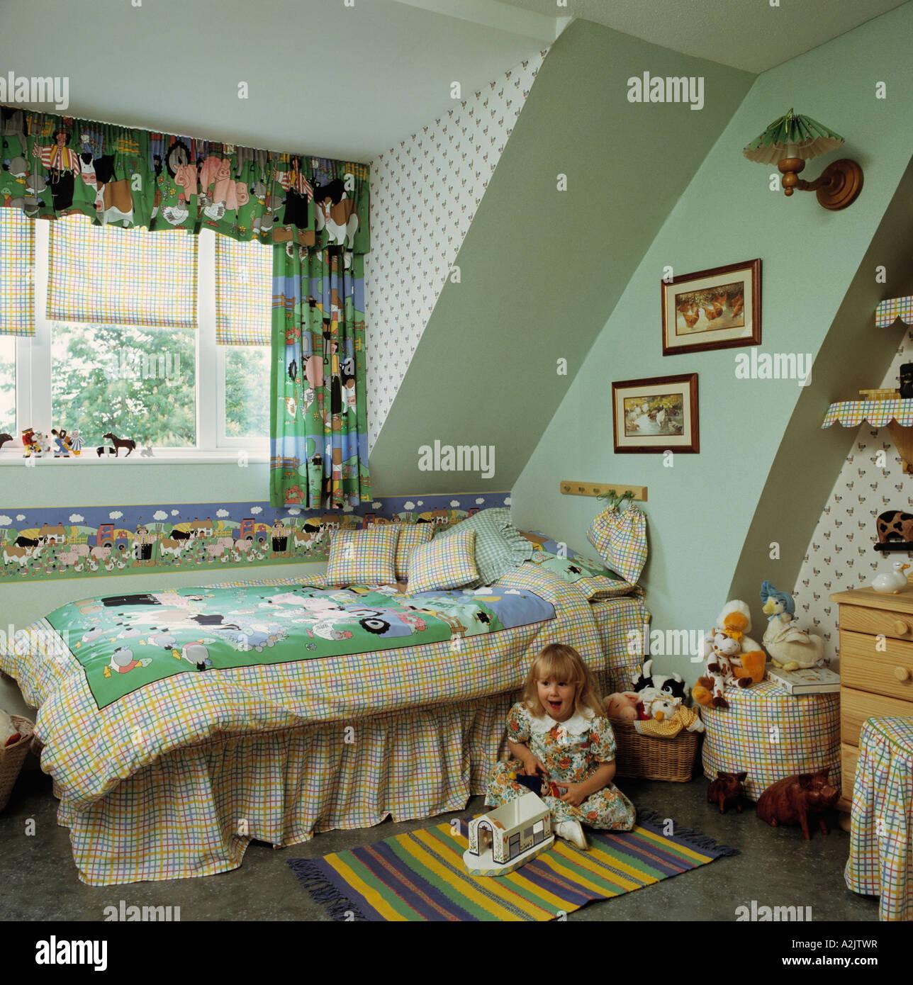 Papier Peint Chambre Mansardée enfant dans une chambre mansardée avec papier peint vert et