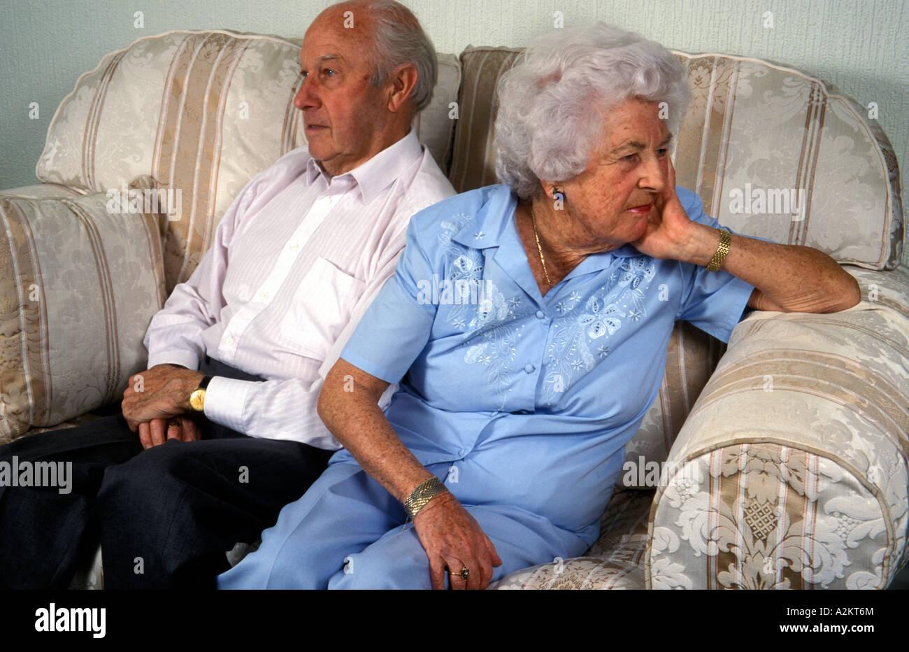 Vieux couple on sofa having an argument Banque D'Images