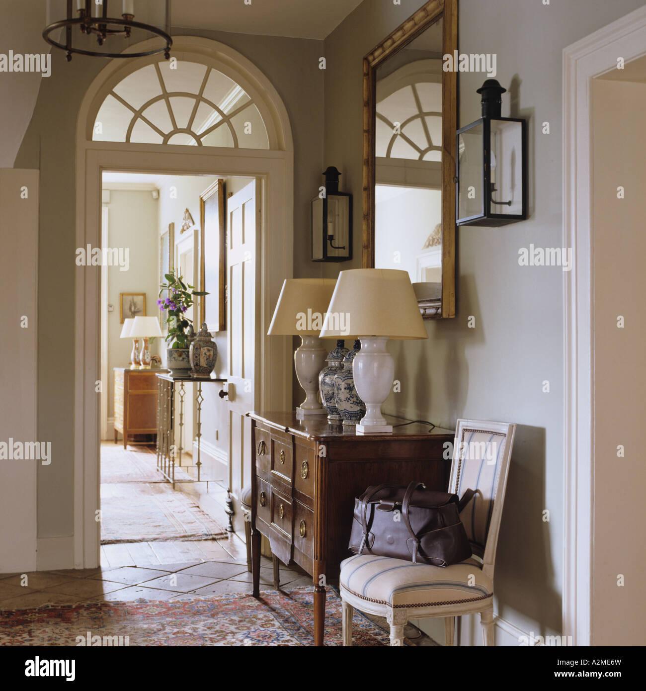 couloir de l 39 anglais country house avec commode lampes et porte en arc banque d 39 images photo. Black Bedroom Furniture Sets. Home Design Ideas