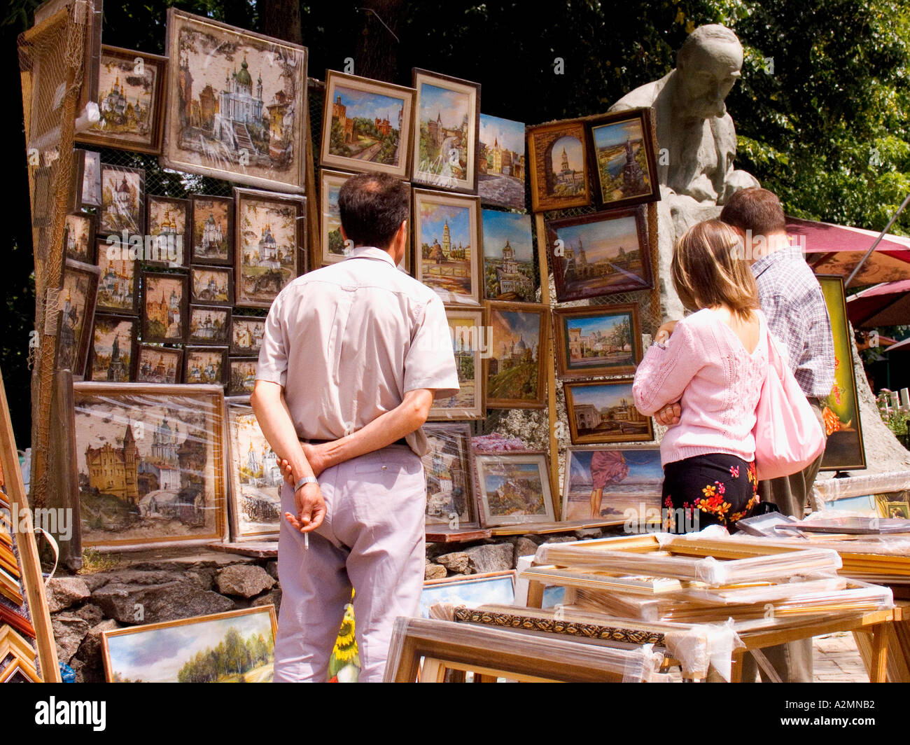 Ukraine Kiev Andrijivskyj marché de l'art de la route des touristes clients peintures 2004 Photo Stock
