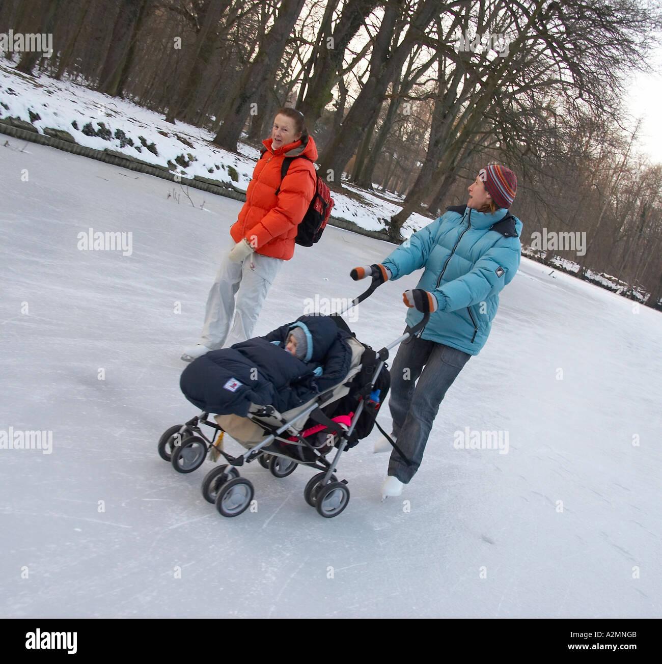 nouvelle arrivee e264e 91777 Patin à glace avec bébé Banque D'Images, Photo Stock ...