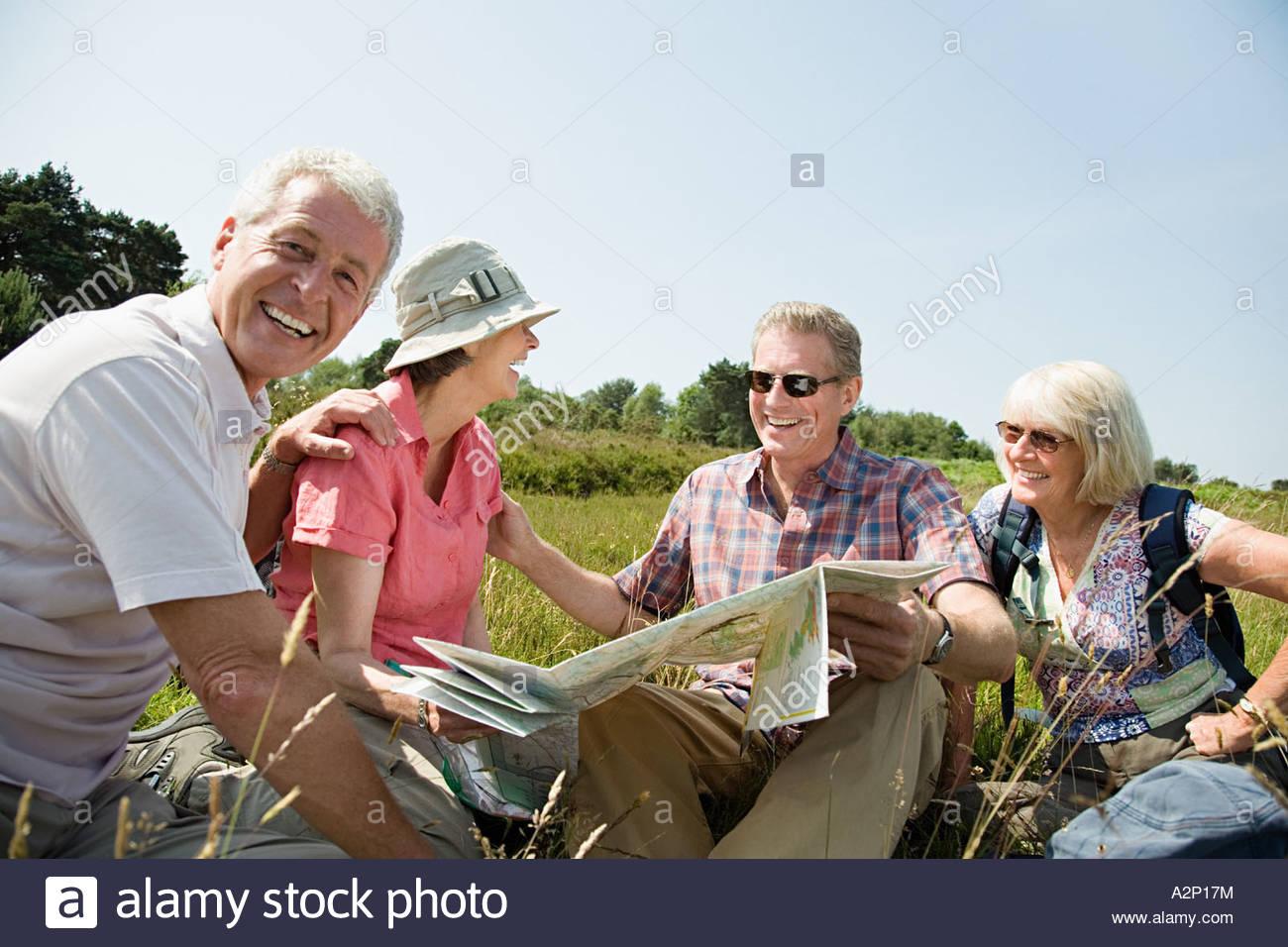 Les randonneurs avec la carte Photo Stock
