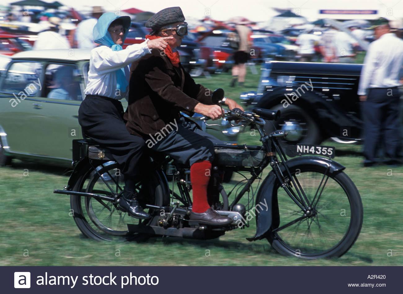 Couple sur une moto vintage à la vapeur de Gloucester, Royaume-Uni juste Photo Stock