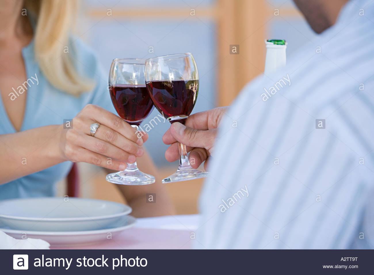 Un couple toasting Photo Stock