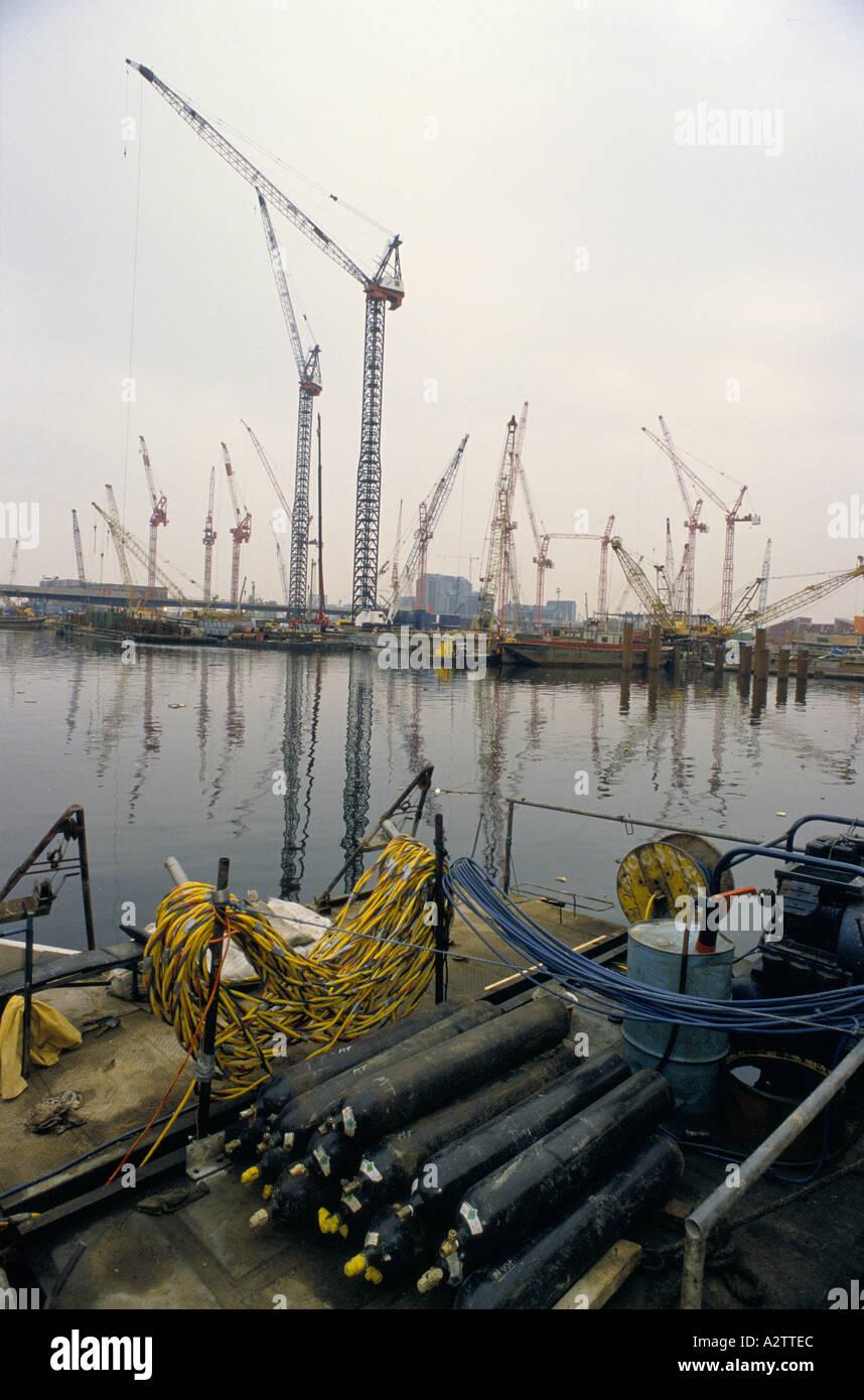 De nombreuses grues at construction site sur l'eau re développement Londres docklands Photo Stock