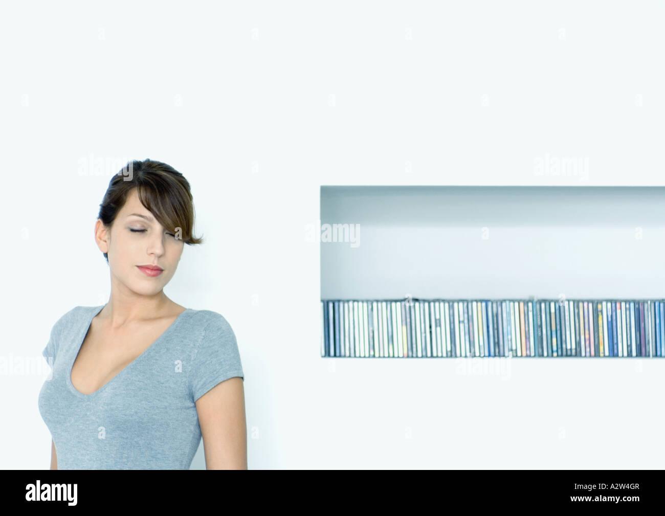 Jeune femme à côté de CDs Photo Stock