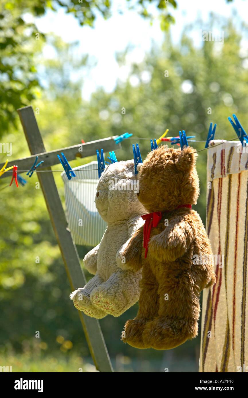 Beige et brun mignon nounours accroché sur fil à linge à sécher Photo Stock