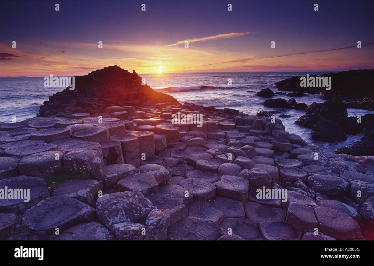 Midsummers day coucher du soleil à la Chaussée des Géants, Co Antrim, en Irlande du Nord. Banque D'Images