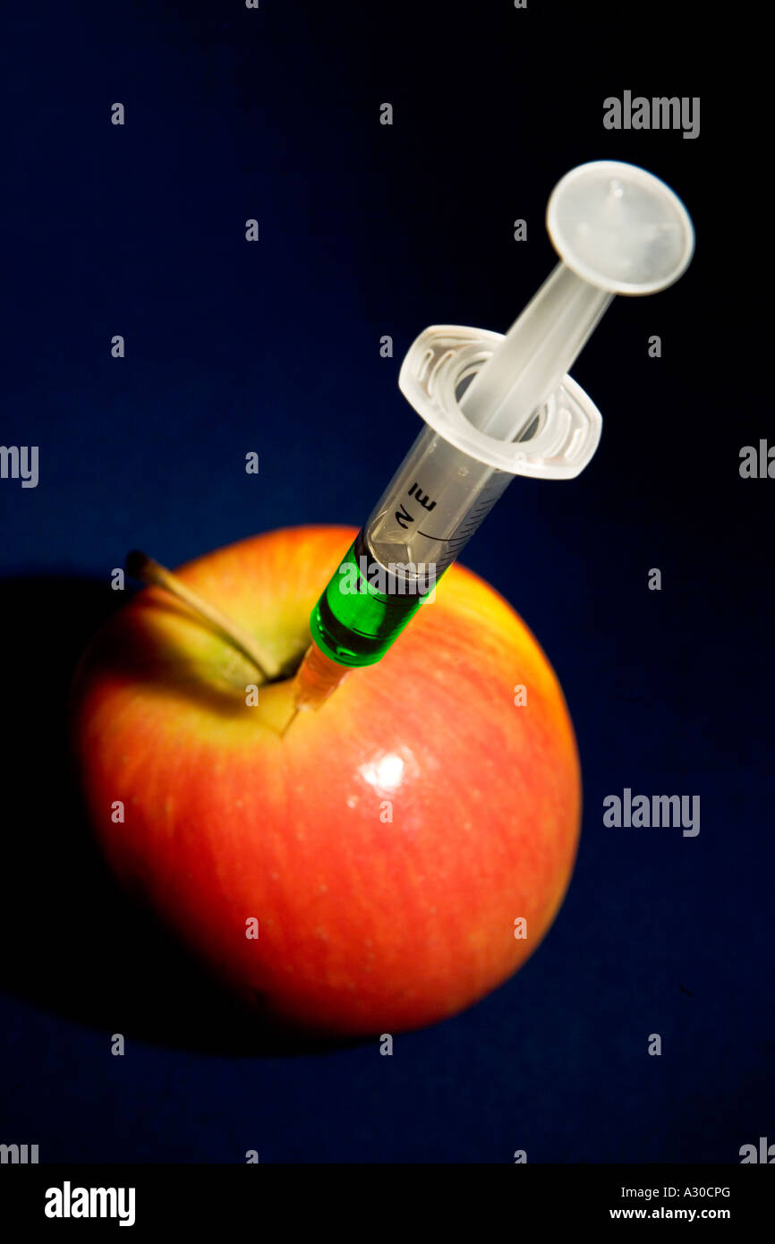 Injecté avec apple green Liquid Concept à représenter les organismes génétiquement modifiés Photo Stock