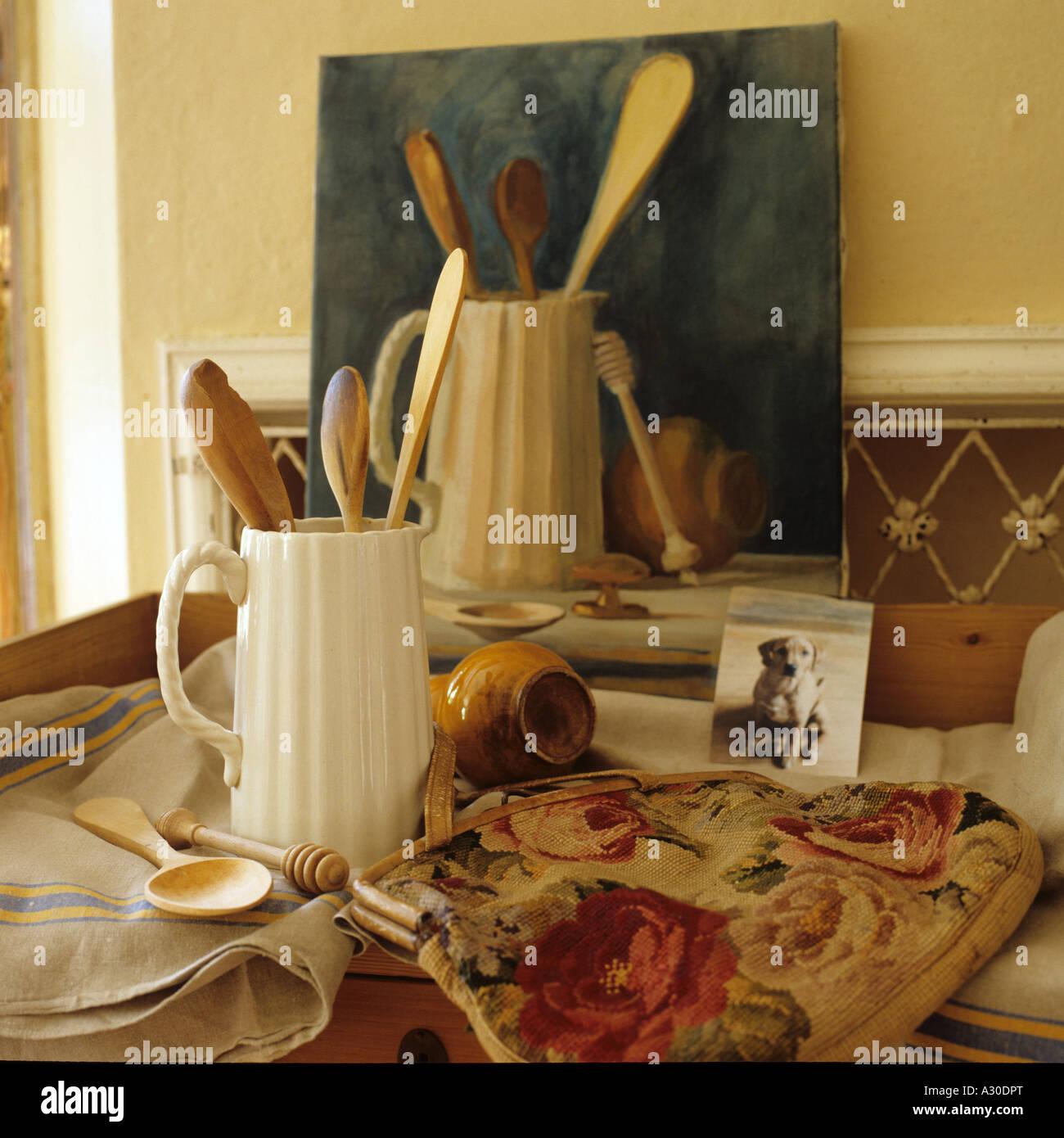 La nature morte peinture à l'huile de cuillères en bois dans une cruche Photo Stock