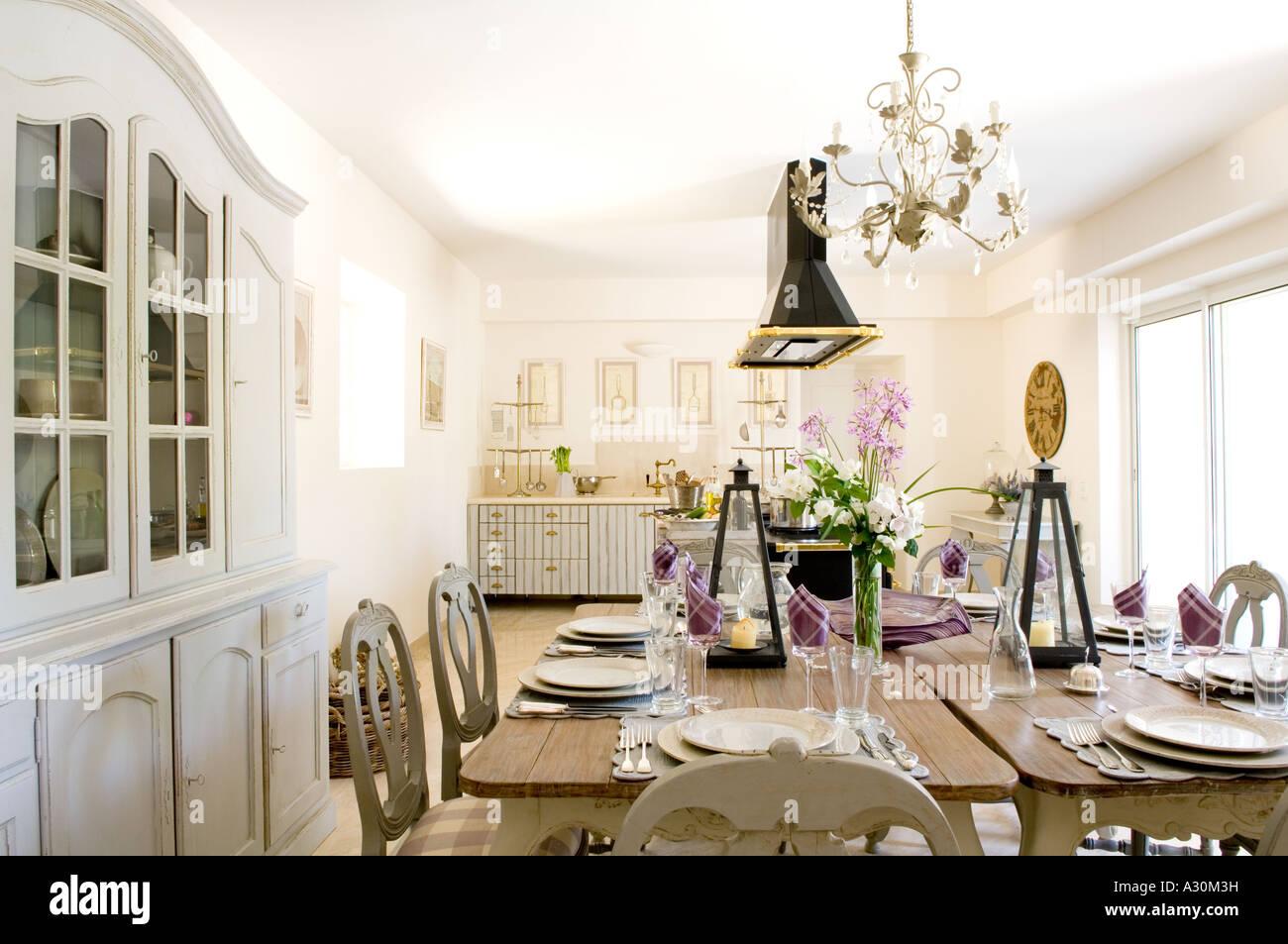 Cuisine avec table double Chandelier avec couverts prêt à manger Photo Stock