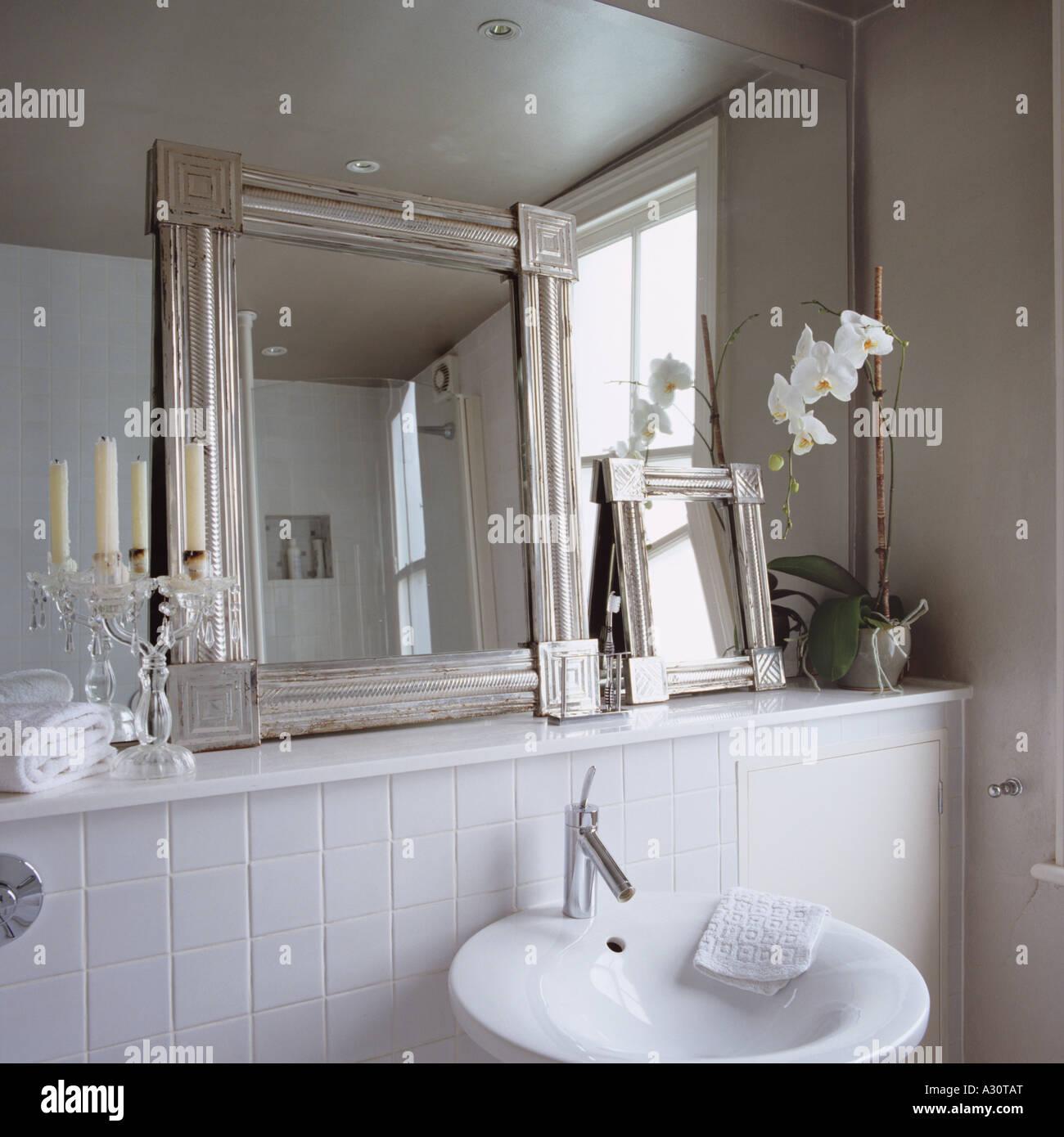 Salle De Bains Contemporaine Blanche Avec Petits Miroirs Encadrés Appuyé  Contre Un Mur à Mur Miroir