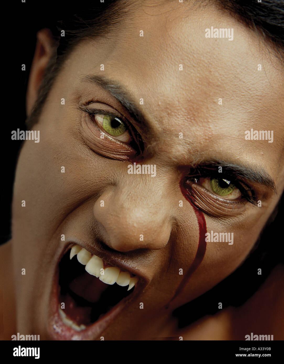 Vampire le saignement d'oeil droit dans le sang Photo Stock