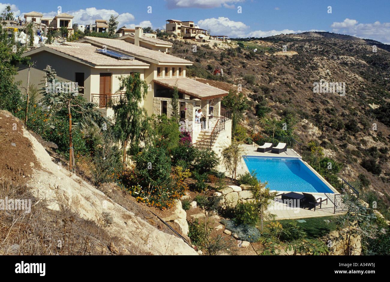 Une nouvelle pente villa jardin paysager et piscine dans l ...