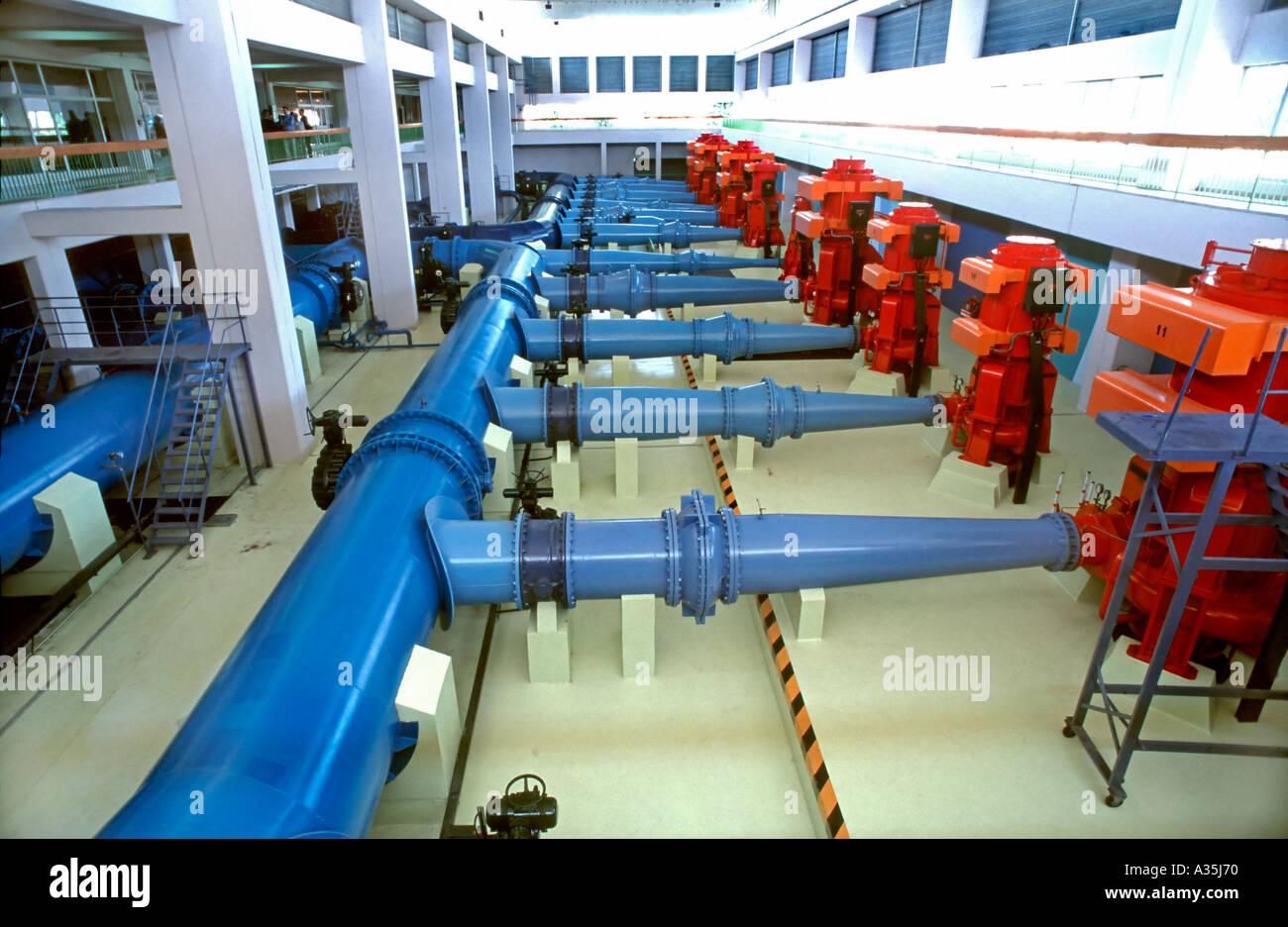 Lyon France, usine de traitement de l'eau propre de l'entreprise Veolia Eau, à Villeurban Station de pompage, l'intérieur des tuyauteries Photo Stock